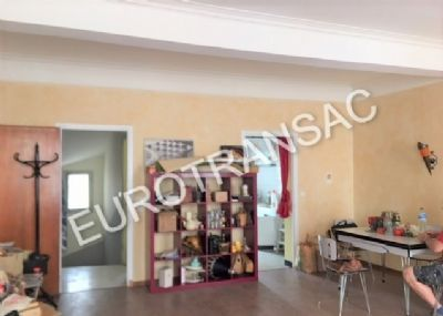 10 minutes from Pézenas townhouse R + 3 of 200 m² with pleasant terrace and commercial premises.